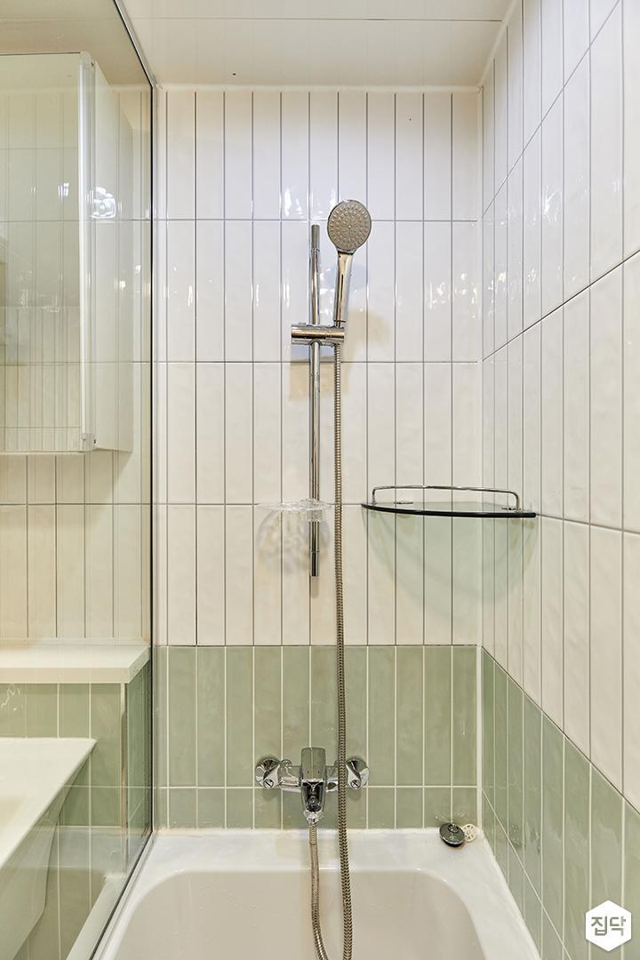 화이트,그린,미니멀,심플,욕실,욕실타일,유리파티션,욕조,샤워기