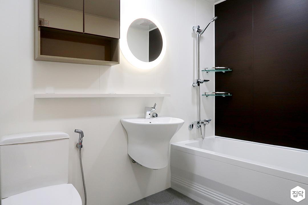 화이트,브라운,모던,욕실,세면대,욕조,샤워기,거울