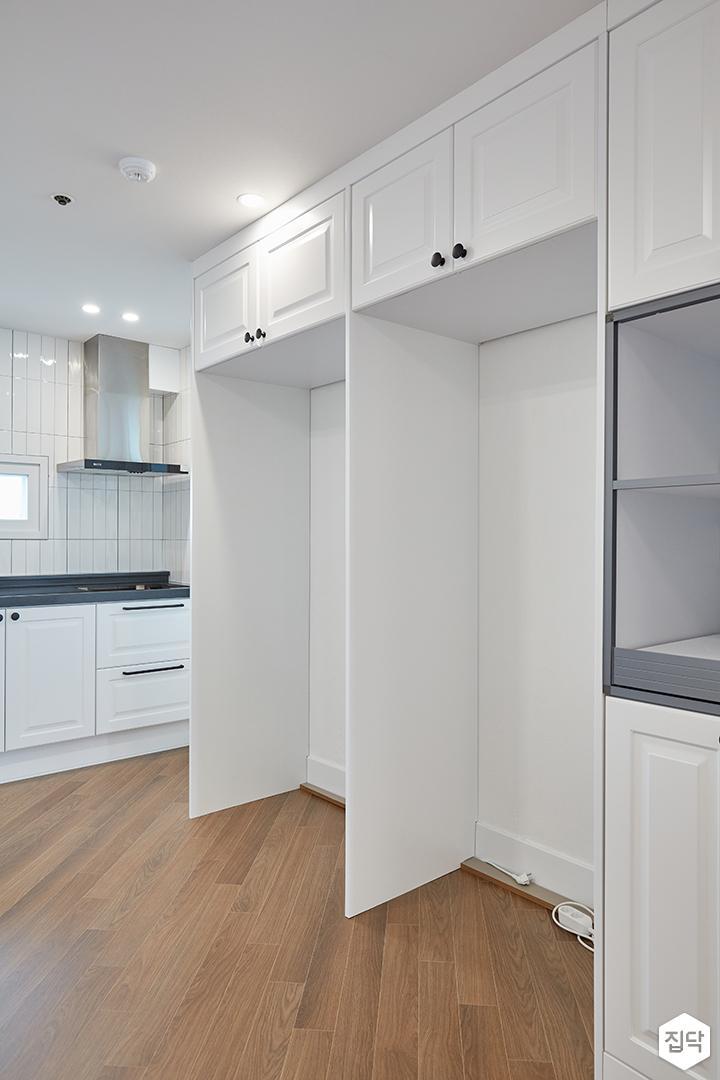 화이트,블랙,모던,심플,주방,원목마루,매립등,다운라이트조명,수납장,냉장고장