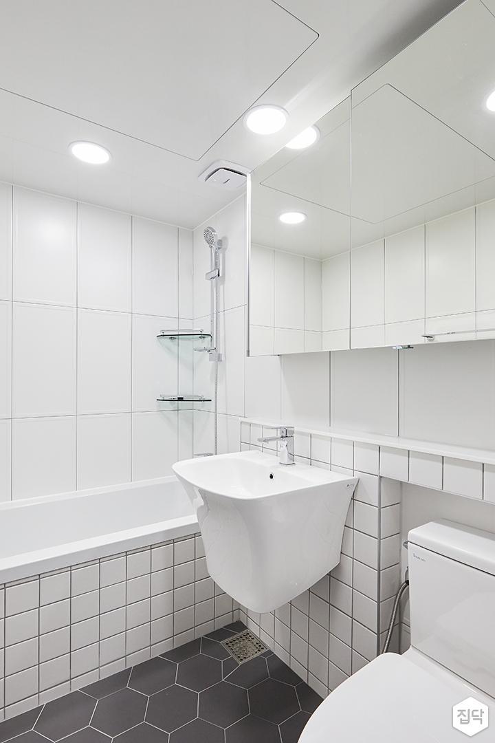화이트,내추럴,심플,욕실,욕실타일,원형직부등,헥사곤,수납장,세면대,욕조,코너선반,샤워기,거울
