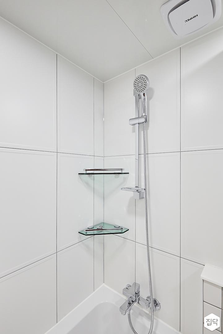 화이트,내추럴,심플,욕실,욕실타일,원형직부등,욕조,코너선반,샤워기