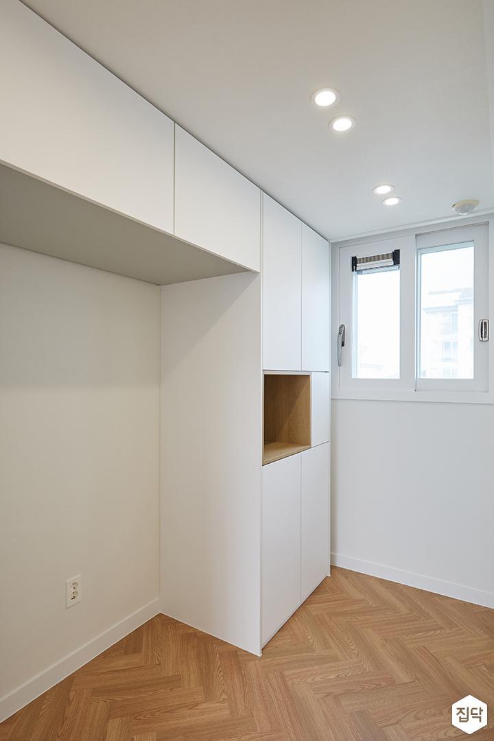 화이트,브라운,내추럴,심플,주방,매립등,다운라이트조명,수납장,냉장고장