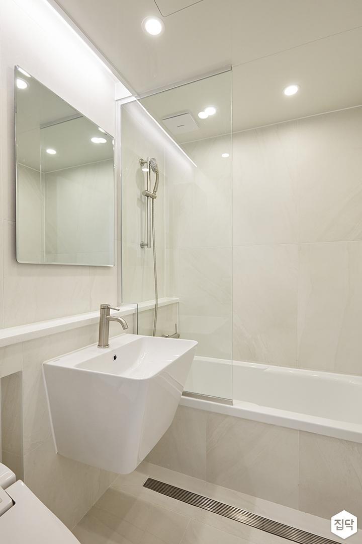 화이트,아이보리,내추럴,심플,욕실,포세린,매립등,다운라이트조명,간접조명,수납장,유리파티션,세면대,샤워기,거울