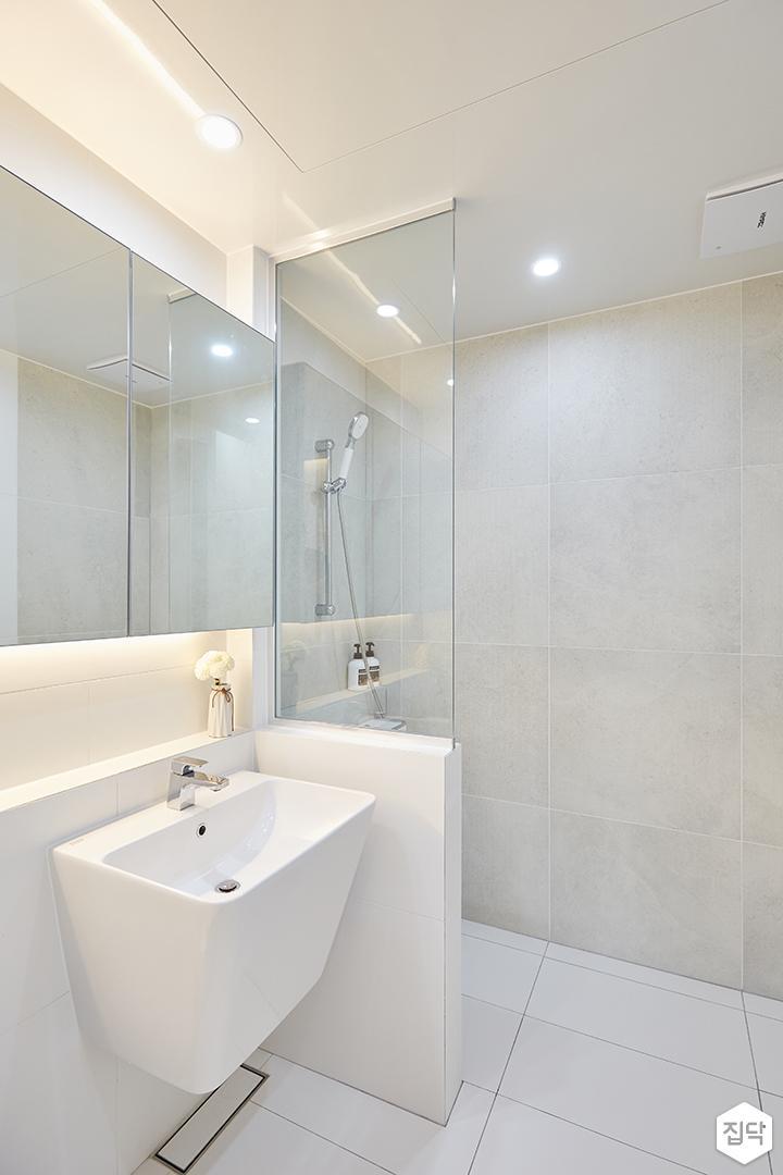 화이트,모던,심플,욕실,포세린,매립등,간접조명,다운라이트조명,수납장,유리파티션,세면대,샤워기,거울