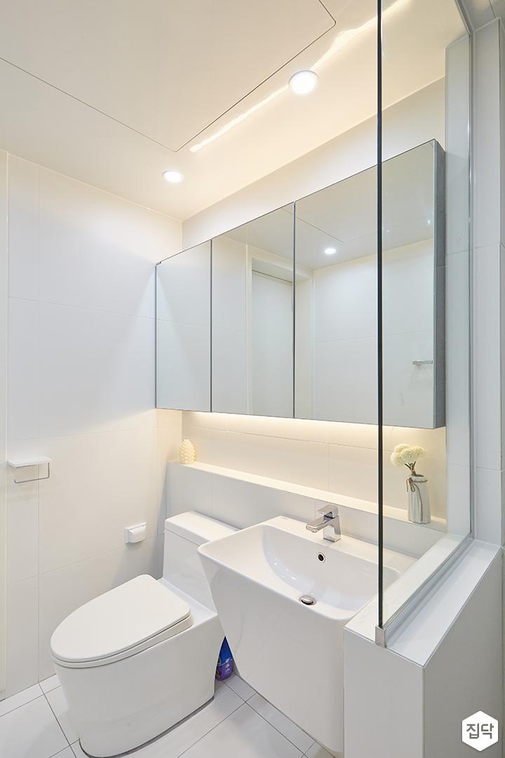 화이트,모던,심플,욕실,포세린,매립등,간접조명,다운라이트조명,수납장,유리파티션,세면대,거울