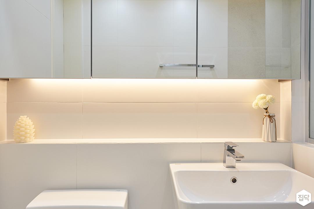 화이트,모던,심플,욕실,간접조명,수납장,세면대,거울