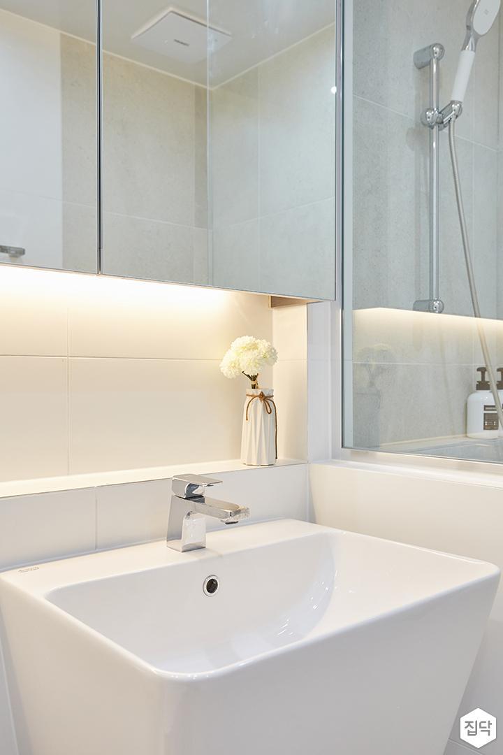 화이트,모던,심플,욕실,간접조명,수납장,유리파티션,세면대,샤워기,거울,수전