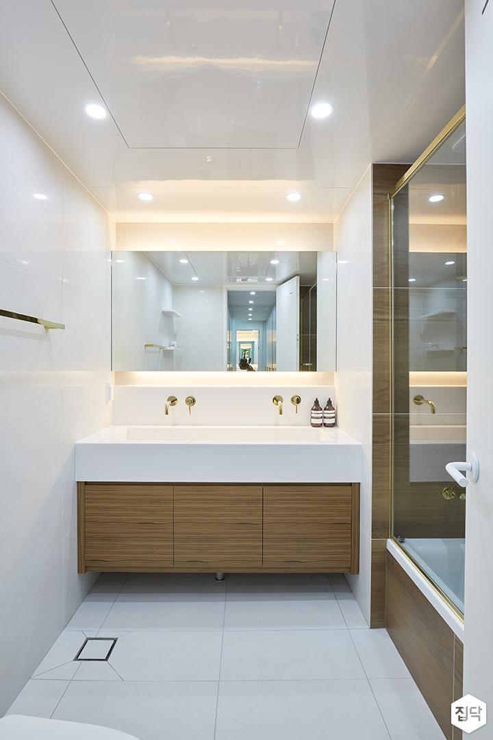 화이트,브라운,모던,심플,욕실,간접조명,수납장,유리파티션,세면대,거울