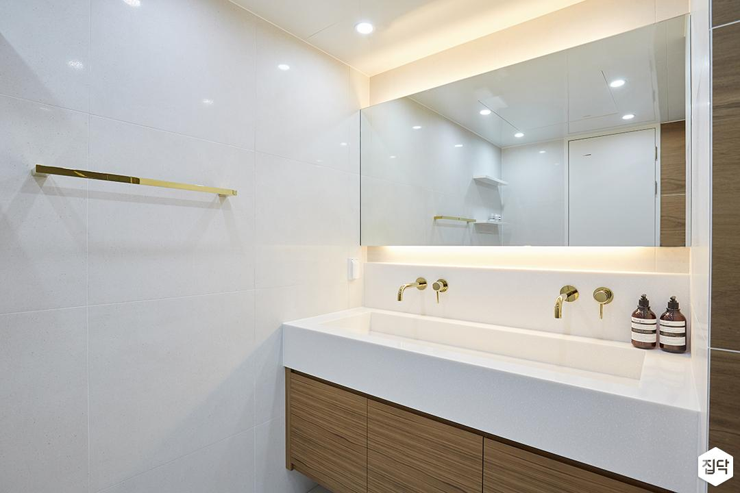 화이트,브라운,모던,심플,욕실,간접조명,수납장,세면대,거울