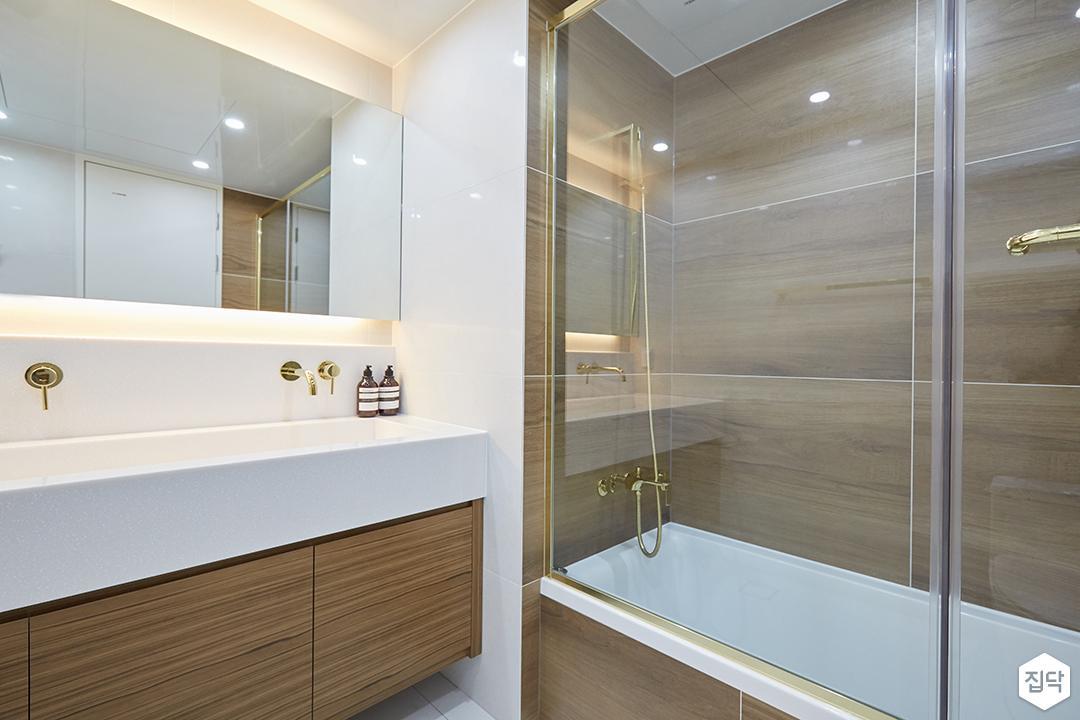 화이트,브라운,모던,심플,욕실,간접조명,수납장,유리파티션,세면대,거울,욕조