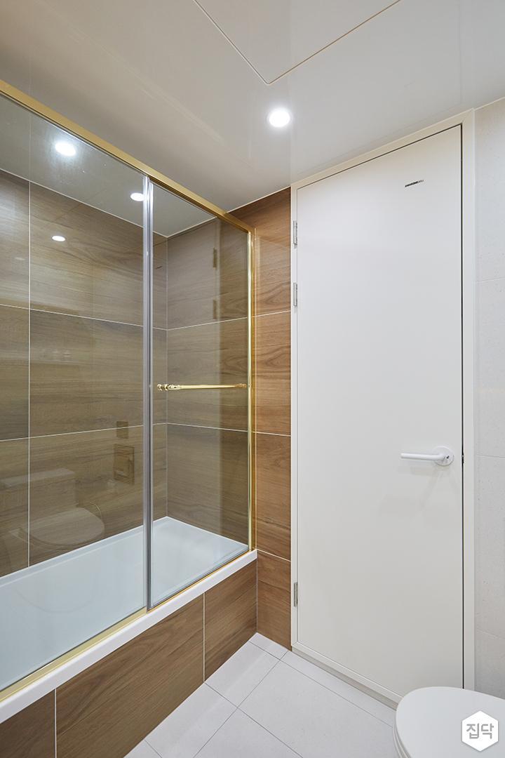 화이트,브라운,모던,심플,욕실,간접조명,유리파티션,욕조