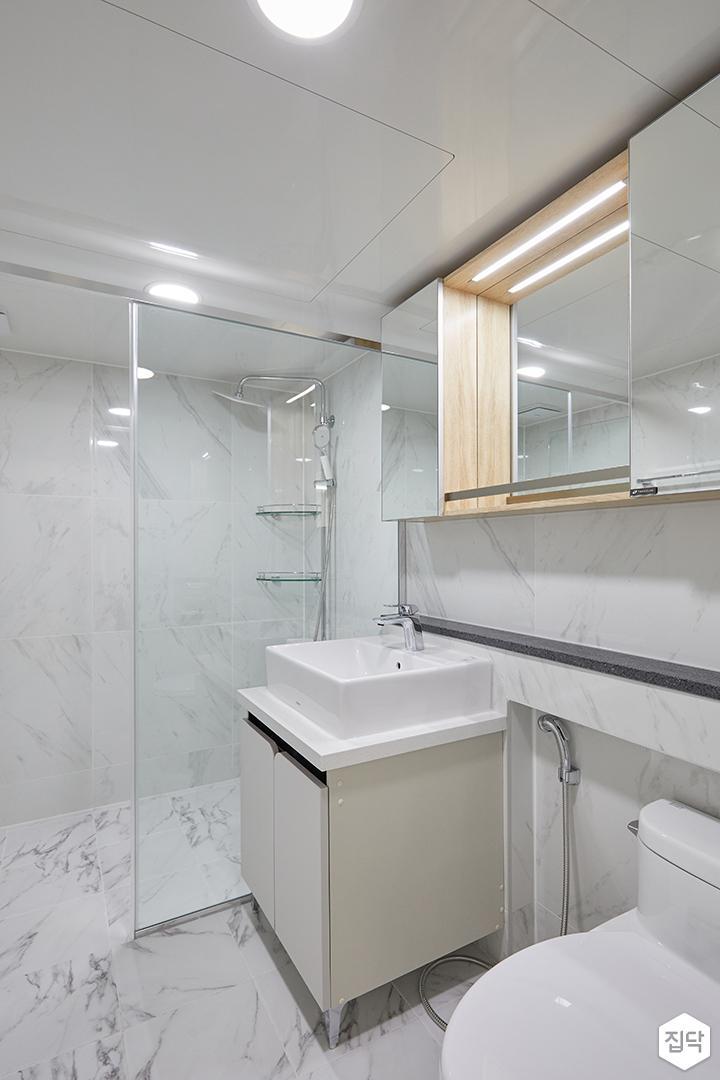 화이트,모던,심플,욕실,패턴타일,간접조명,원형직부등,비앙코카라라,수납장,유리파티션,세면대,거울