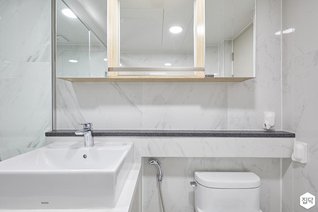 화이트,모던,심플,욕실,패턴타일,간접조명,원형직부등,비앙코카라라,수납장,세면대,거울