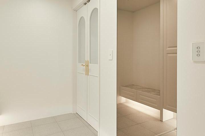화이트,모던,현관,다운라이트조명,중문,거울