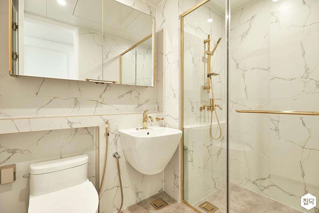 화이트,골드,럭셔리,심플,욕실,대리석,비앙코카라라,유리파티션,세면대,샤워기,거울