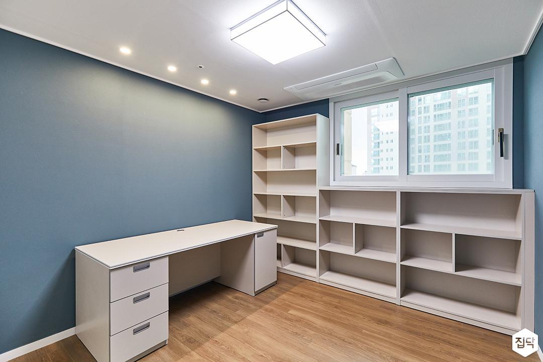 화이트,블루,모던,내추럴,방,서재,실링라이트,다운라이트조명,수납장,책상,책장