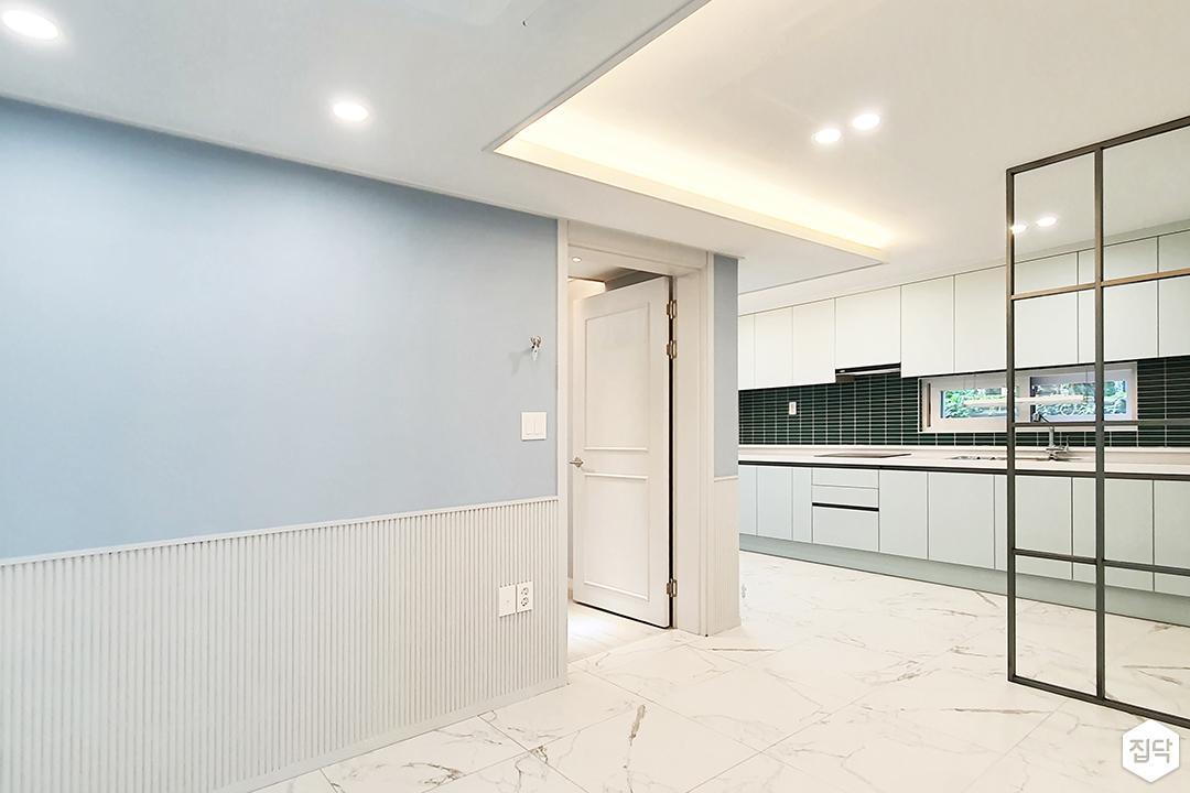 블루,내추럴,심플,거실,주방,패턴타일,매립등,간접조명,다운라이트조명,비앙코카라라