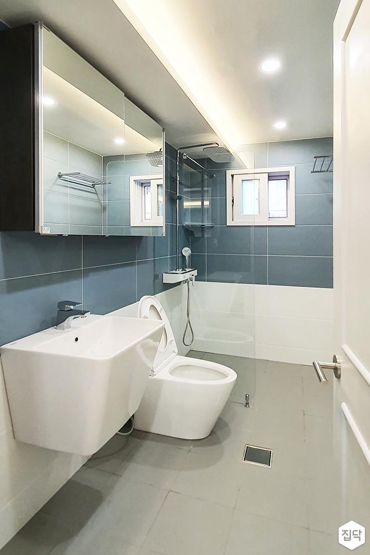 화이트,블루,내추럴,심플,욕실,매립등,간접조명,다운라이트조명,수납장,유리파티션,세면대,거울