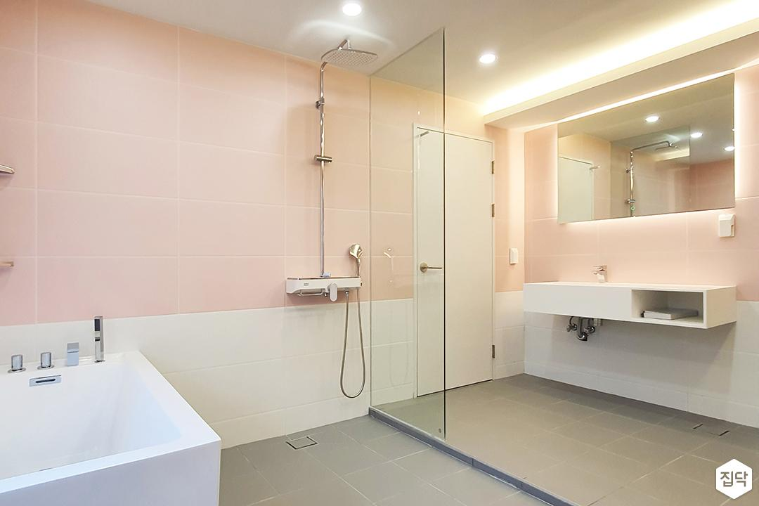 핑크,내추럴,심플,욕실,매립등,간접조명,다운라이트조명,수납장,유리파티션,세면대,욕조,샤워기,거울
