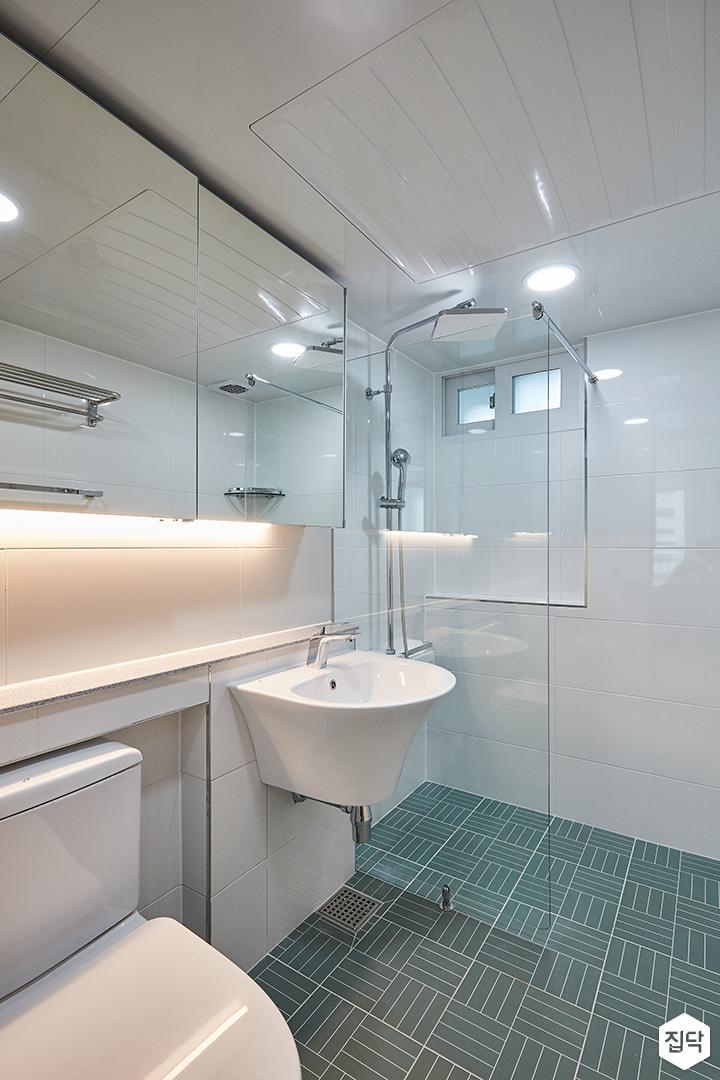 화이트,그린,내추럴,심플,욕실,패턴타일,간접조명,원형직부등,수납장,거울,세면대,유리파티션