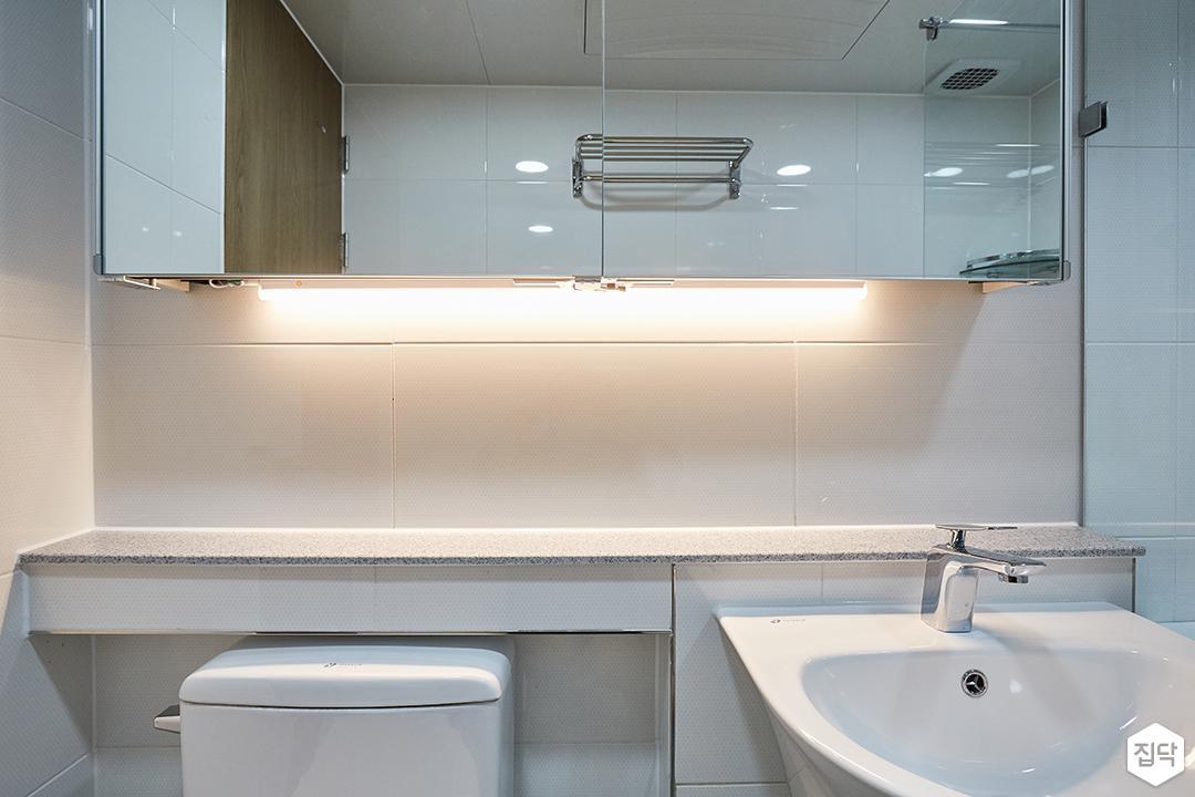 화이트,그린,내추럴,심플,욕실,간접조명,수납장,거울,세면대