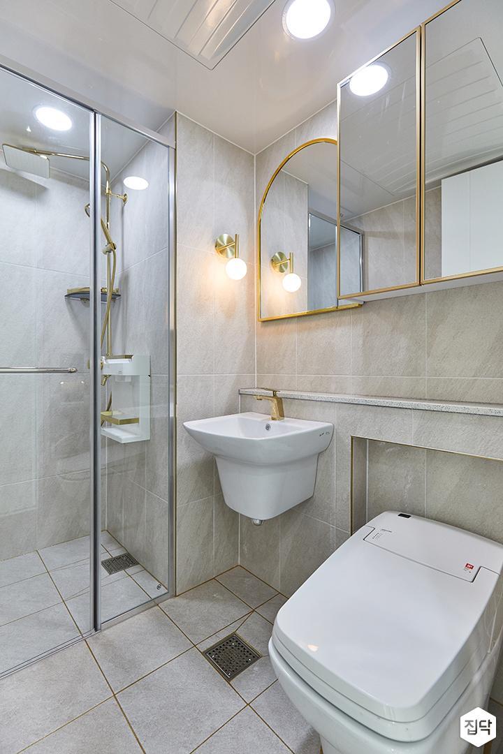 화이트,골드,모던,뉴클래식,욕실,브라켓조명,수납장,거울,세면대,유리파티션