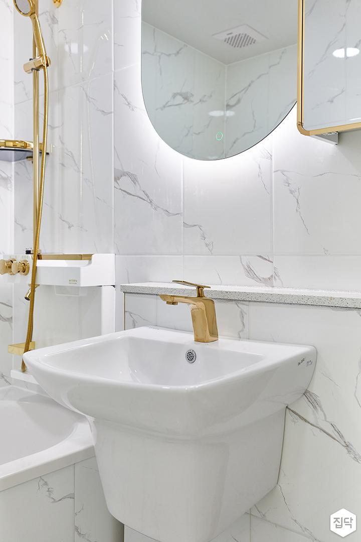 화이트,골드,모던,뉴클래식,욕실,간접조명,거울,세면대