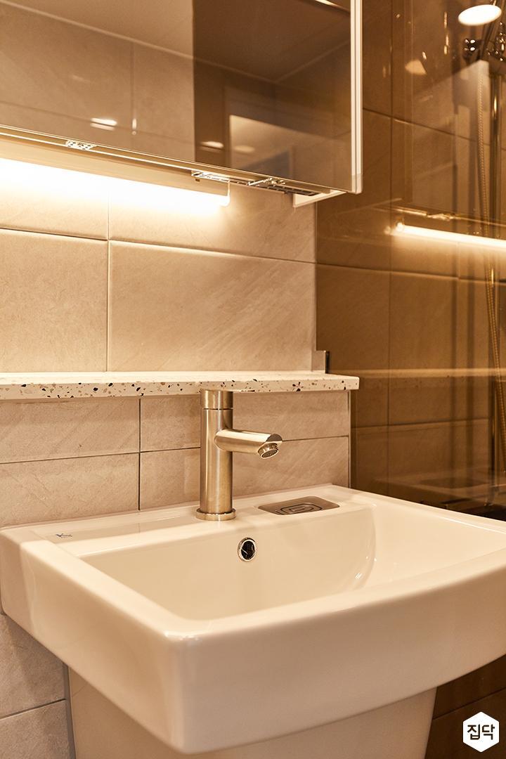 화이트,그레이,모던,욕실,간접조명,세면대,거울,수납장