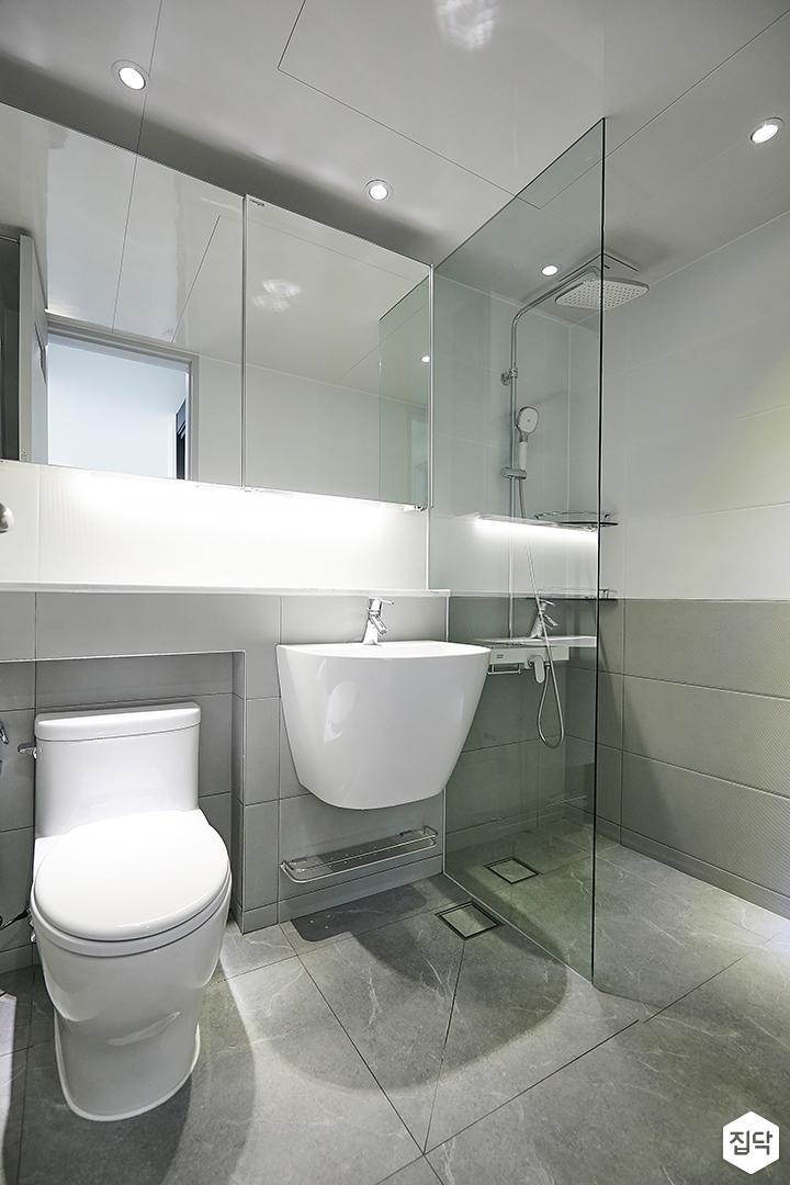 화이트,그레이,내추럴,심플,욕실,간접조명,세면대,수납장,거울,유리파티션