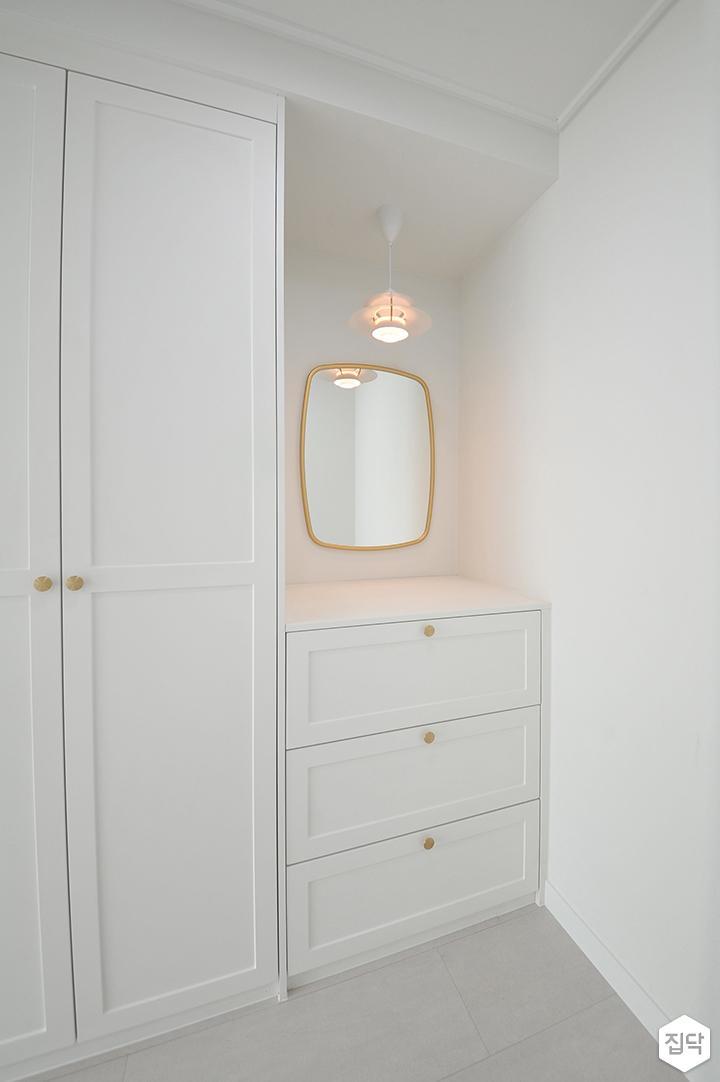 화이트,내추럴,심플,방,펜던트조명,거울,수납장,붙박이장