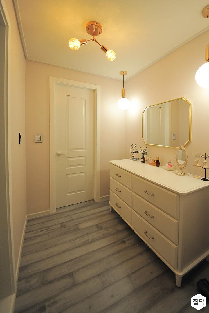 화이트,핑크,모던,심플,방,드레스룸,펜던트조명,수납장,거울