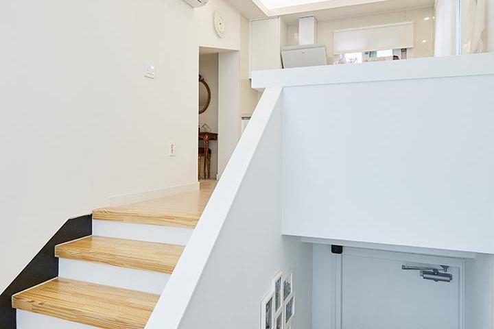 화이트,내추럴,심플,현관,주방,우물천장,계단,매립등,간접조명,다운라이트조명