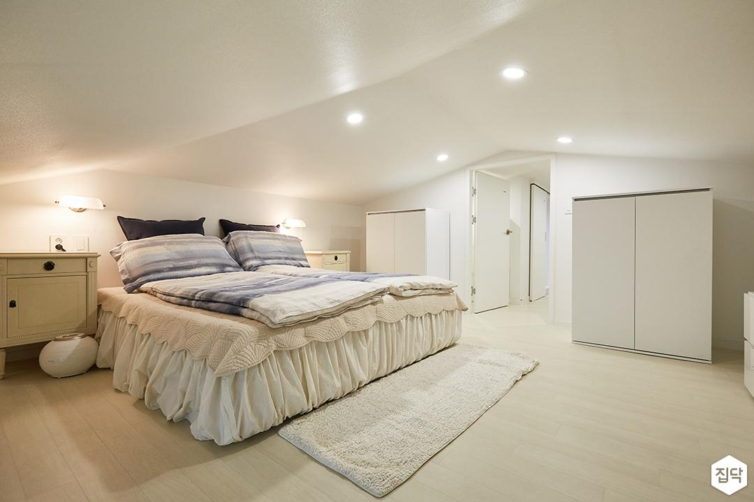 화이트,내추럴,심플,방,원목마루,매립등,다운라이트조명,침대,수납장