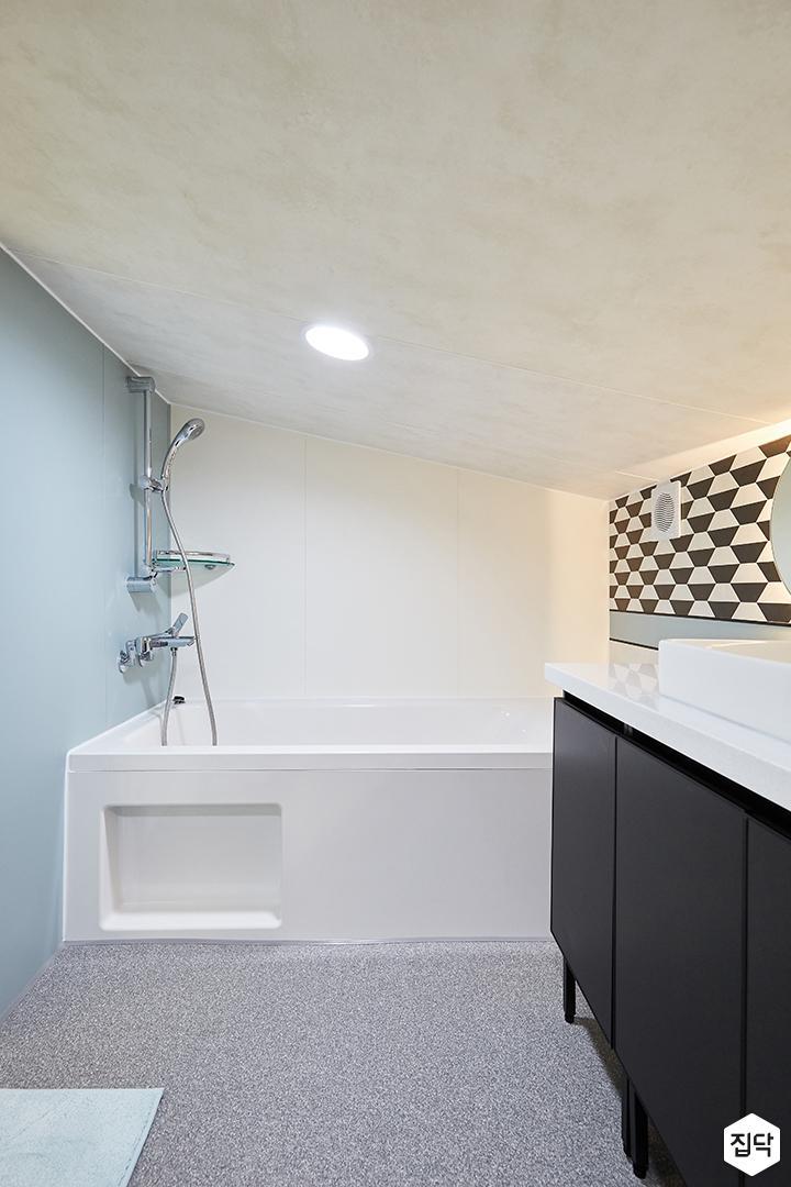 화이트,블랙,내추럴,심플,욕실,원형직부등,간접조명,세면대,수납장,욕조,샤워기