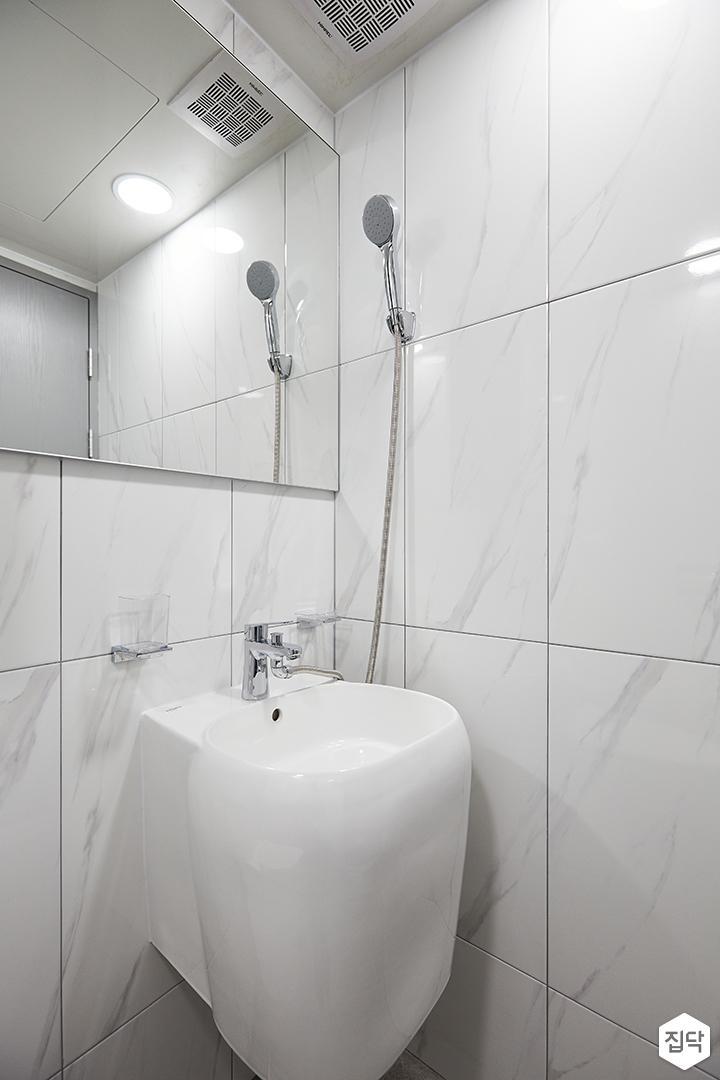 화이트,모던,심플,욕실,패턴타일,원형직부등,비앙코카라라,세면대,수납장,거울,샤워기