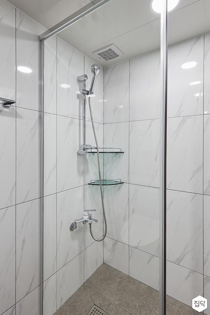 화이트,모던,심플,욕실,패턴타일,비앙코카라라,샤워기,코너선반
