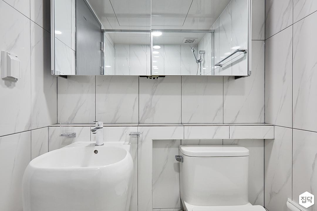 화이트,모던,심플,욕실,패턴타일,비앙코카라라,세면대,수납장,거울