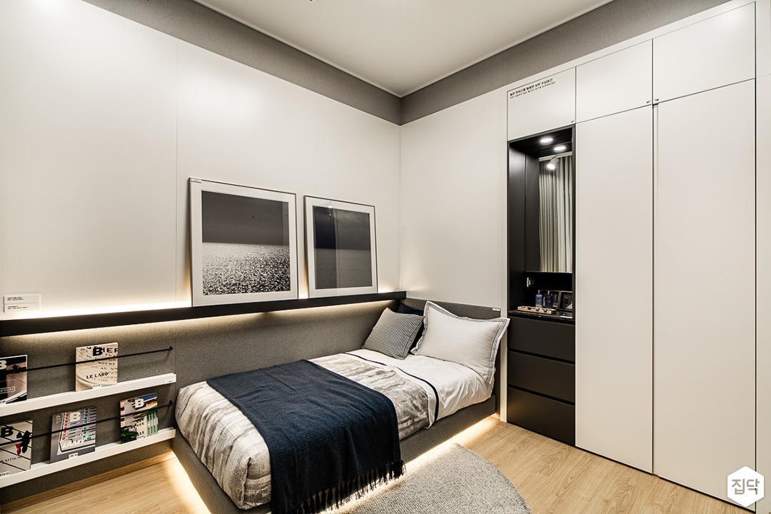 화이트,모던,심플,방,간접조명,붙박이장,침대