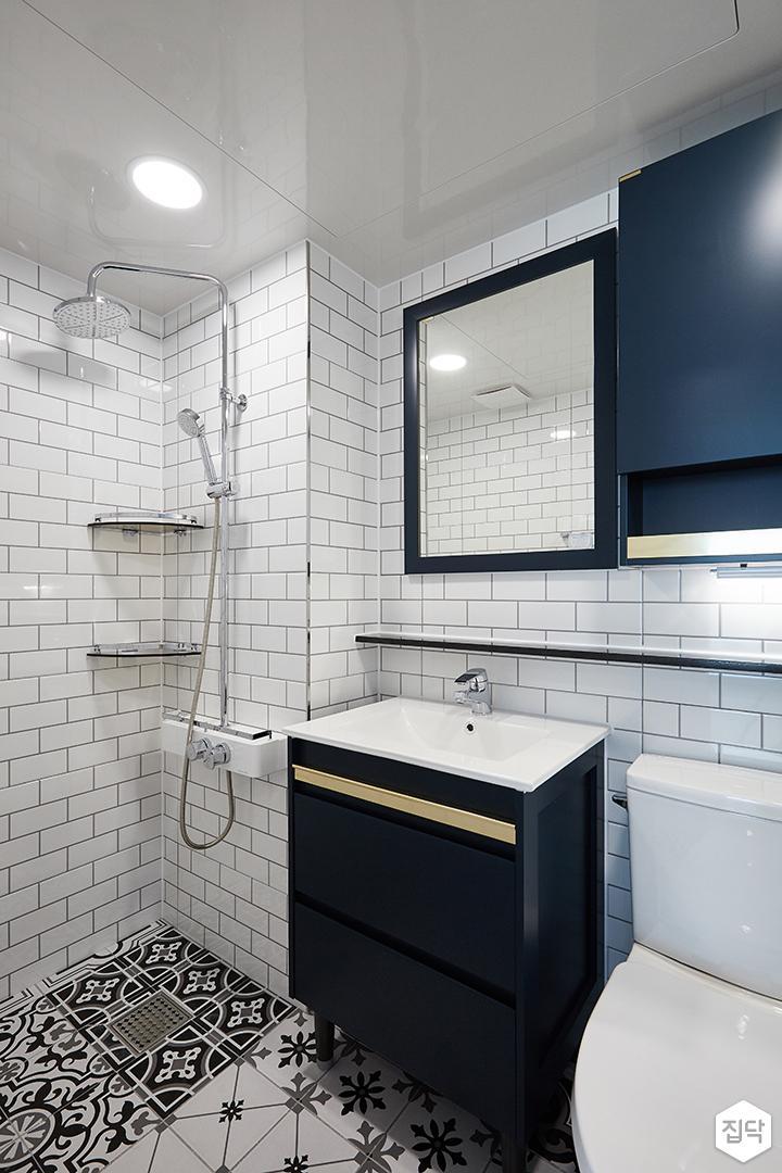 화이트,블루,내추럴,심플,욕실,패턴타일,북유럽,원형직부등,세면대,수납장,거울,샤워기,코너선반