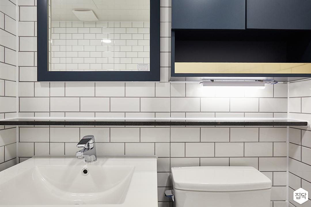 화이트,블루,내추럴,심플,욕실,간접조명,세면대,수납장,거울