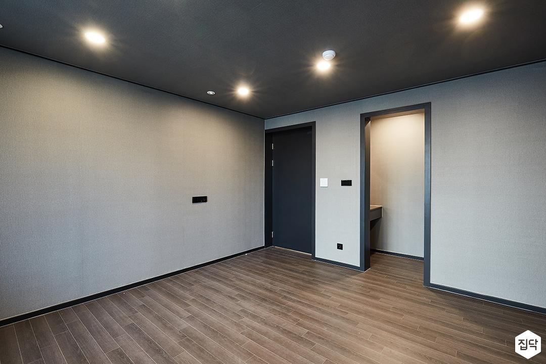 블랙,모던,심플,방,안방,원목마루,다운라이트조명,붙박이장