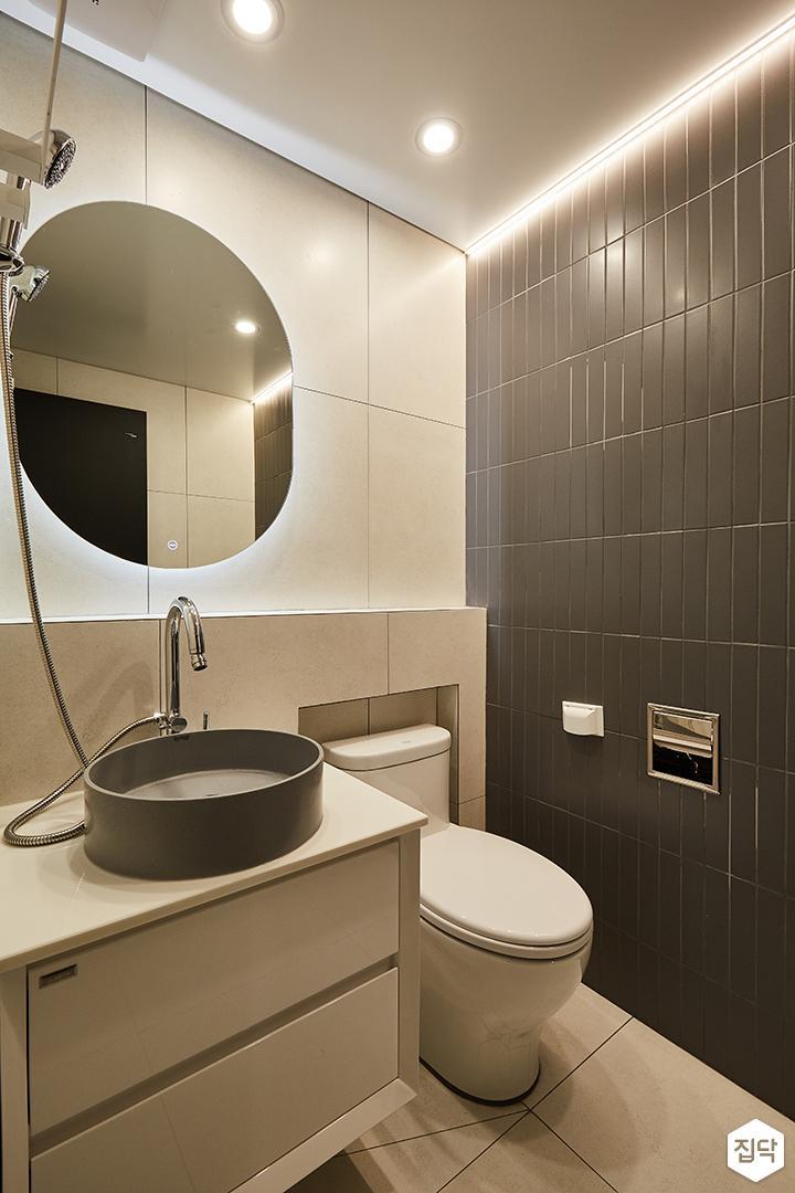 블랙,그레이,모던,심플,욕실,다운라이트조명,간접조명,세면대,수납장,거울,샤워기