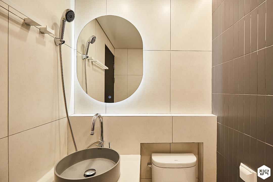 블랙,그레이,모던,심플,욕실,간접조명,세면대,수납장,거울,샤워기