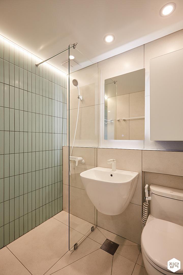 그레이,그린,내추럴,심플,욕실,다운라이트조명,간접조명,세면대,수납장,거울,유리파티션,샤워기