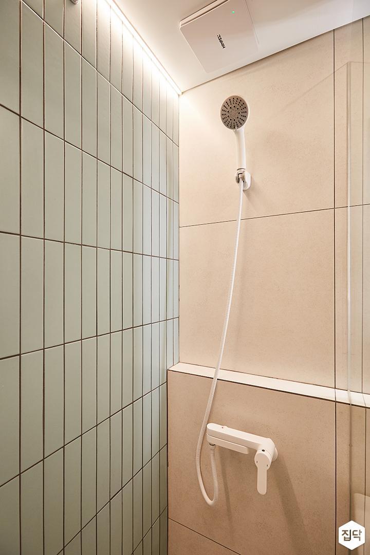 그레이,그린,내추럴,심플,욕실,간접조명,세면대,샤워기