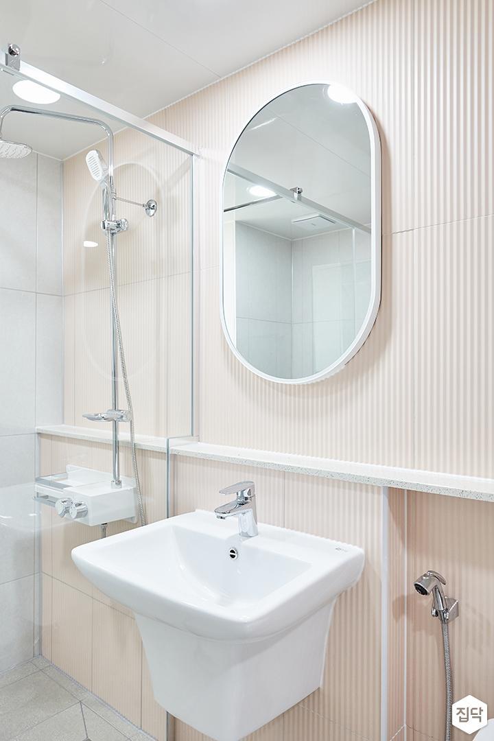 화이트,핑크,내추럴,심플,욕실,세면대,수납장,거울,유리파티션,샤워기