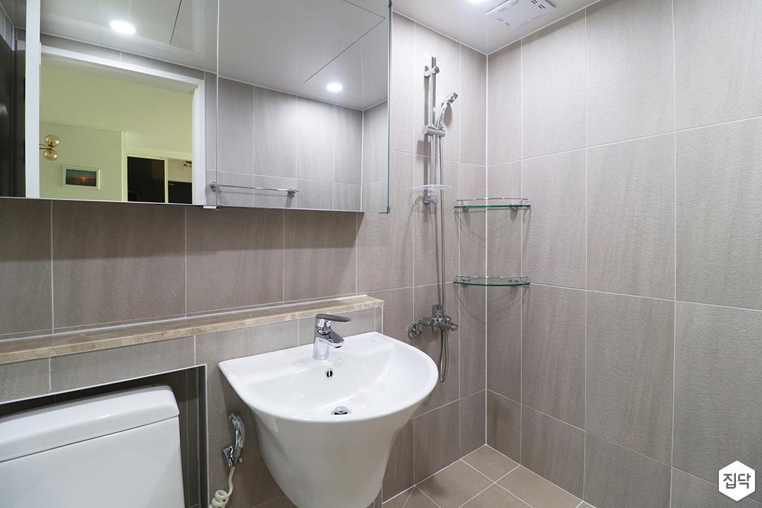 화이트,그레이,모던,심플,욕실,세면대,수납장,거울,샤워기,코너선반