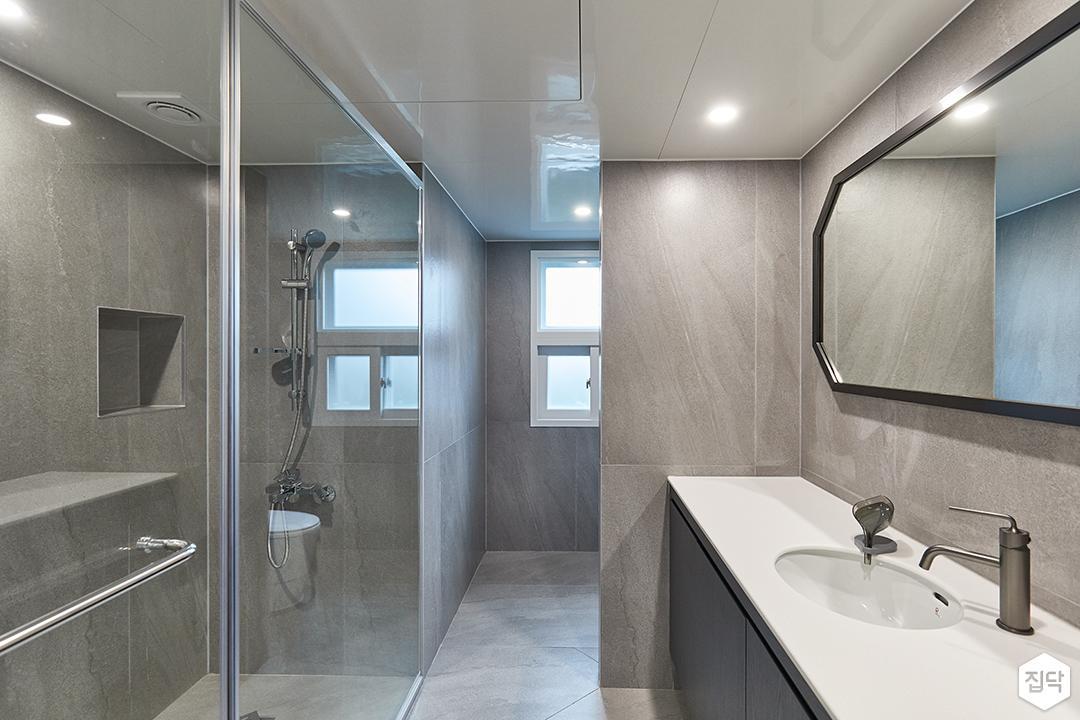 그레이,블랙,모던,뉴클래식,욕실,포세린,유리파티션,세면대,거울