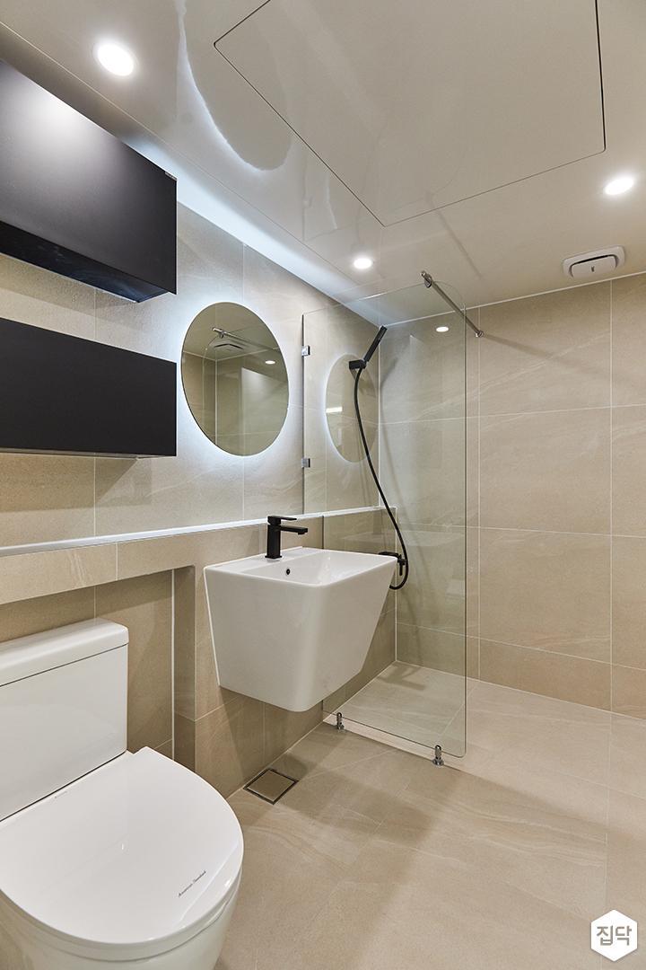 아이보리,블랙,모던,내추럴,욕실,간접조명,유리파티션,거울,세면대,수납장