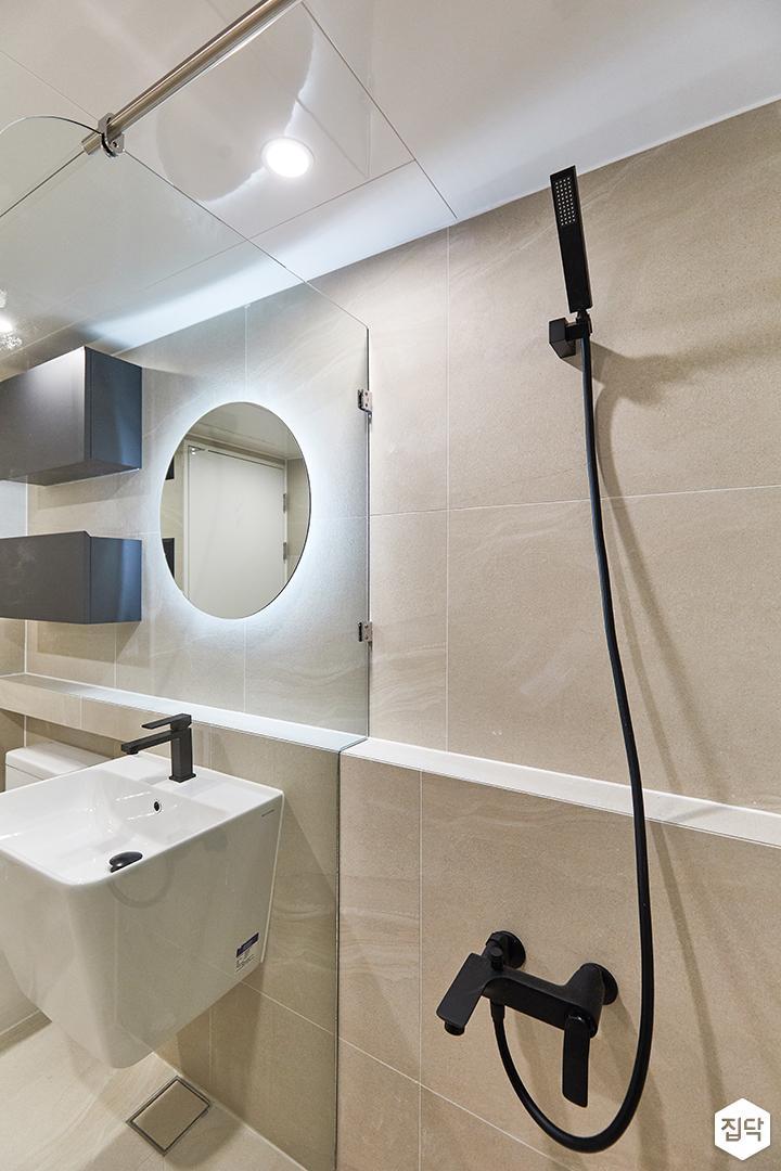 아이보리,블랙,모던,내추럴,욕실,간접조명,유리파티션,거울,세면대,수납장,샤워기